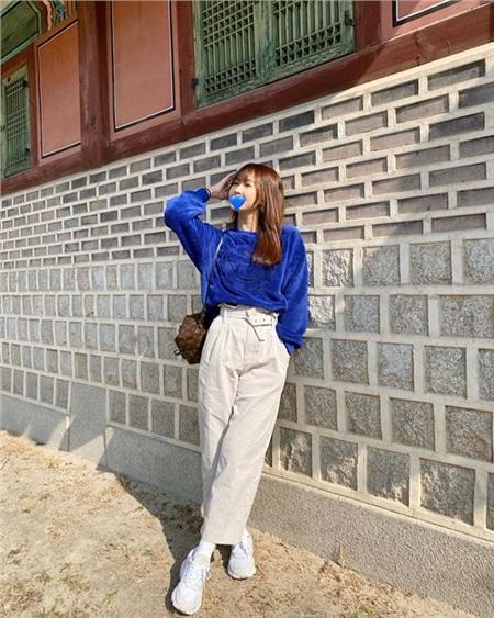 Nhung Gumiho vẫn trung thành với style năng động, khỏe khoắn khi diện áo nhung xanh cô điển cùng quần ống rộng và sneaker trẻ trung.