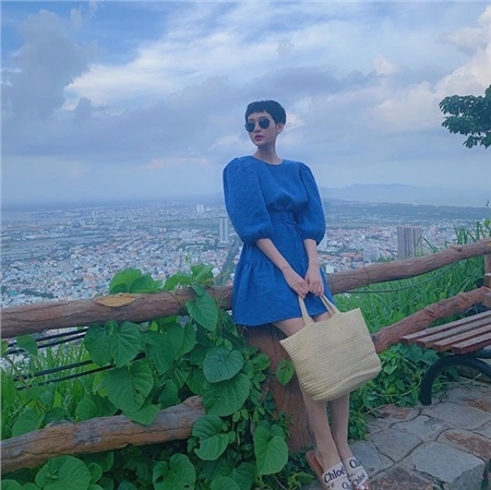 Hiền Hồ ưu ái thiết kế đầm tay bồng, chiết eonữ tính phủ sắc xanh cổ điển, phối ăn ý cùng phụ kiện túi cói.