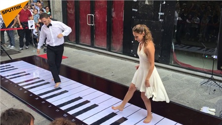 Nhảy múa cùng Piano khổng lồ
