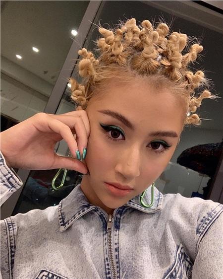 Tuy nhiên, 2019 cũng là năm 'sóng gió' với Quỳnh Anh khi phong cách thời trang của cô không vừa mắt với đa số người hâm mộ