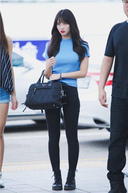 Bước ra sân bay, cách phối đồ yêu thích của Momo là áo thun/ áo len mix cùng quần skinny jean - công thức phối đồ tuy 'ai cũng biết' nhưng chưa bao giờ hết hiệu quả.