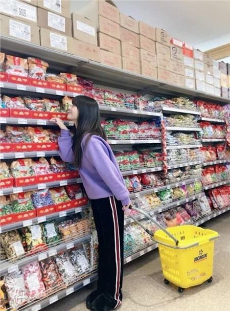 Chỉ ra siêu thị mua đồ ăn nên một cô gái chuộng sự giản đơn như Momo chẳng khoác lên mình những bộ cánh cầu kỳ làm gì. Cứ áo sweater màu trơn cùng quần suôn dài là đủ đẹp và đủ ấm áp.