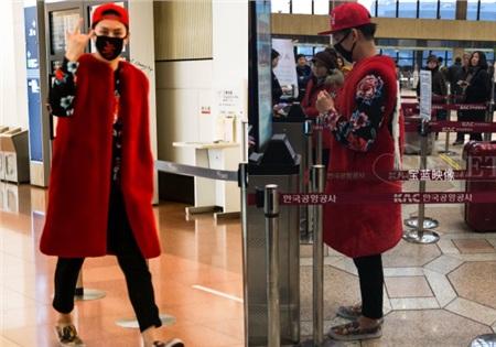 Heechul luôn có thể đưa fan đi từ bất ngờ này qua bất ngờ khác, đặc biệt là trong những lần xuất hiện tại sân bay, điển hình set đồ phối giữa sắc đỏ và họa tiết hoa 'bà thím' này.
