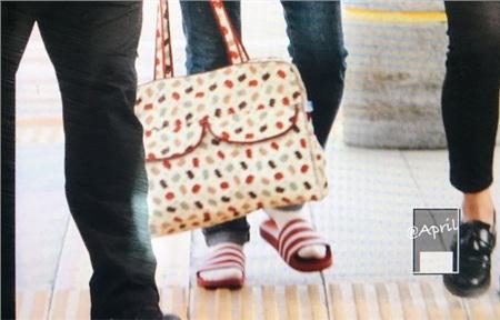 Cũng chỉ có Heechul dám mang những chiếc túi xách kiểu 'bà thím' này ra sân bay mà vẫn thời thượng cực kỳ.