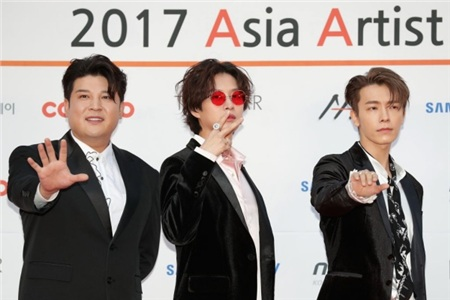 Kể cả khi đi dự sự kiện, cả hội đều mặc vest, Heechul vẫn phải là người nổi nhất với chiếc mắt kính đỏ bắt mắt. Hình như màu yêu thích của Heechul là màu đỏ thì phải?