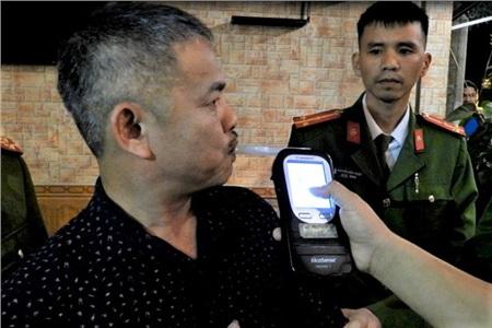 Lực lượng chức năng kiểm tra nồng độ cồn của ông Nguyễn Duy Thành.