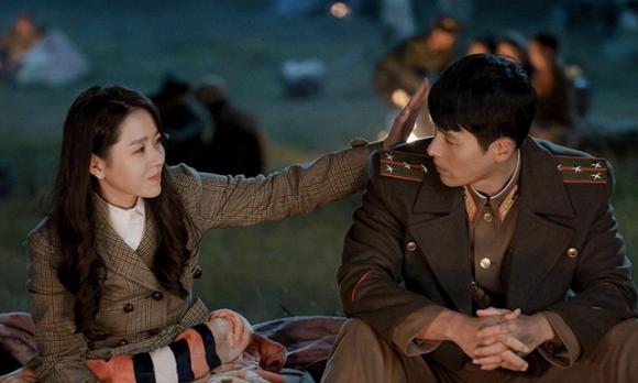 Son Ye Jin và Hyun Bin trong một cảnh phim 'Crash Landing on You'