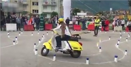 'Hoa mắt chóng mặt' với bài thi bằng lái xe máy toàn là 'vòng số 8' thách thức thí sinh ở nước ngoài 0