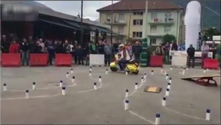 'Hoa mắt chóng mặt' với bài thi bằng lái xe máy toàn là 'vòng số 8' thách thức thí sinh ở nước ngoài 3