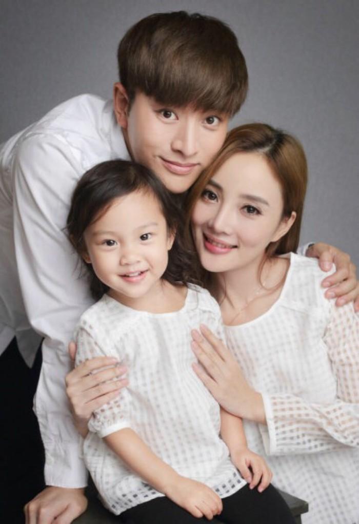 Gia đình hạnh phúc của Lý Tiểu Lộ tan vỡ sau scandal ngoại tình của cô với đàn em.