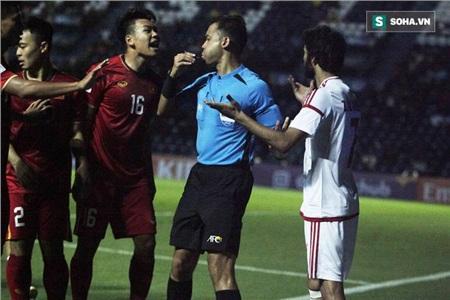 Ngay lập tức, các cầu thủ Việt Nam lao tới phản ứng. Trung vệ Thành Chung là một trong những người bày tỏ thái độ gay gắt nhất. Điều này khiến trọng tài Muhammad Taqi cũng phải nhanh chóng chạy tới để can ngăn.