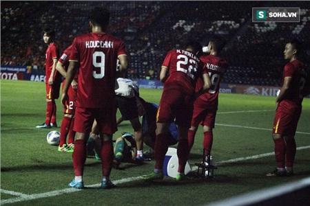 Chính hành động này của các đồng đội đã giúp đám đông dần dãn ra để các bác sỹ có thể vào chăm sóc cho thủ môn của U23 Việt Nam.