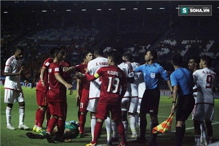 Đình Trọng cũng dang rộng tay, yêu cầu cầu thủ U23 UAE lùi ra xa khu vực của Bùi Tiến Dũng với thái độ không kém phần gay gắt.