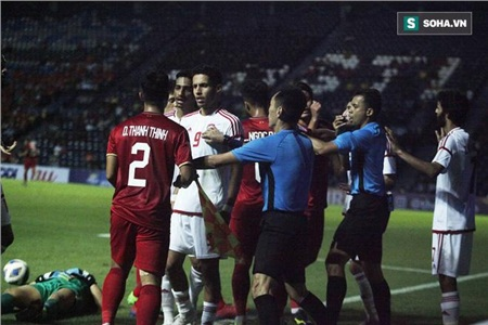 Tuy nhiên một số cầu thủ U23 UAE cũng tỏ ra không vừa. Họ cũng lao tới bảo vệ đồng đội của mình và tranh cãi lại với cầu thủ U23 Việt Nam.
