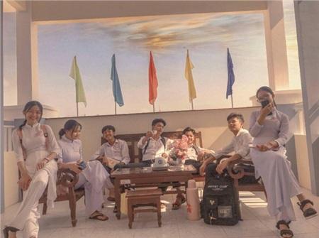 Bức hình 'thanh xuân như một ly trà' của nhóm bạn lớp trường Nguyễn Văn Hưởng