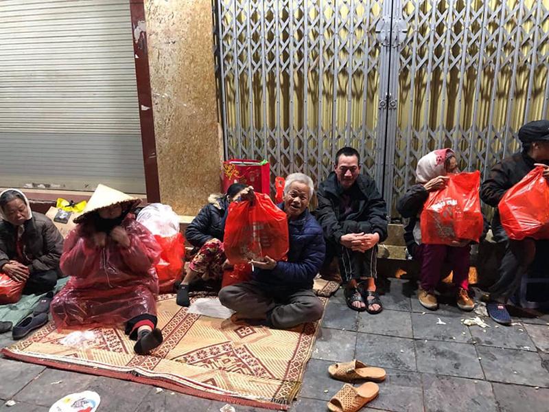 Niềm vui của những người vô gia cư trong mưa rét