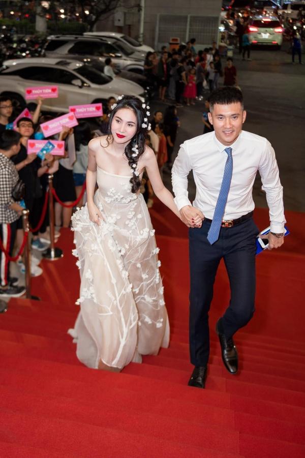 Đi từ thiện cùng chồng ngay sát Tết, Thủy Tiên bị fan trêu 'xài hao quá' vì mái tóc bạc của Công Vinh 0