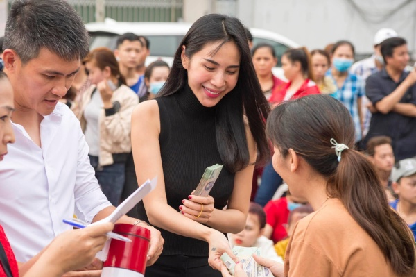 Đi từ thiện cùng chồng ngay sát Tết, Thủy Tiên bị fan trêu 'xài hao quá' vì mái tóc bạc của Công Vinh 4