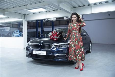 Cô trò nhỏ Đào Minh Châu bên canh chiếc xe BMW 530i - món quà dành tặng Thầy Phạm Thành Long.