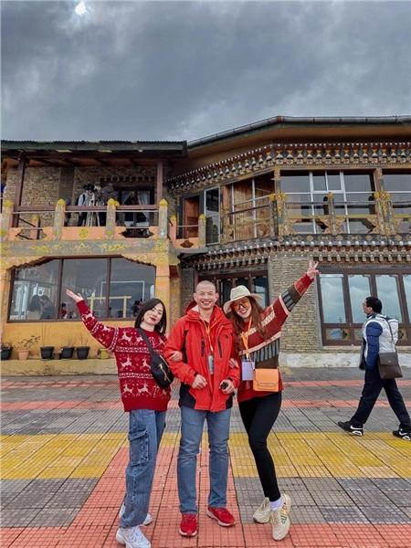 Đào Minh Châu bên Thầy Phạm Thành Long cùng các thành viên Eagle Club.
