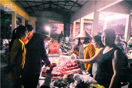Cảnh tượng trái ngược chợ Tết: Quầy thịt lợn đông như đại hội, hàng hoa ế ẩm, giá giảm mạnh vẫn vắng khách 2
