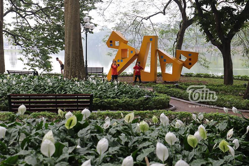 Một góc công viên có lác đác vài người dân đến tập thể dục.