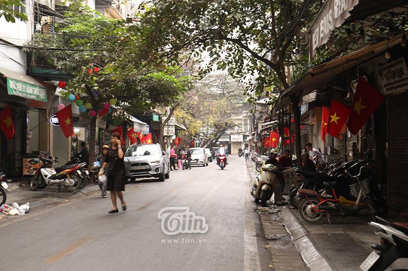 Một con phố với những hàng quán tranh thủ 'vét khách' ngày cuối năm...
