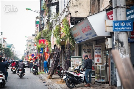 Dọc con phố Khâm Thiên (Hà Nội), nhiều cửa hàng bày bán cây nêu hút khách. Từng bó nêu lớn được dựng trước cửa hàng.