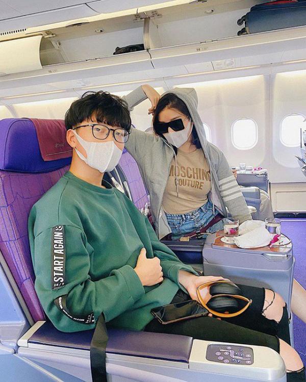 Huyền My và em trai trên máy bay với 'trang sức' không thể thiếu là 'khẩu trang'.