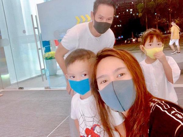 Ngay cả khi chụp ảnh gia đình này vẫn không quên đeo khẩu trang.