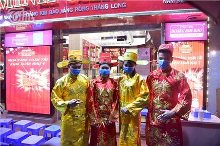 Các nhân viên của tiệm vàng diệntrang phục Thần tài và cónhiệm vụ hỗ trợ khách đến mua các thông tin cần thiết