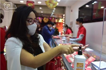 Nhiều cửa tiệm còn bố trí nước rửa tay ngay tại quầy giao dịchđểkhách hàng sử dụng