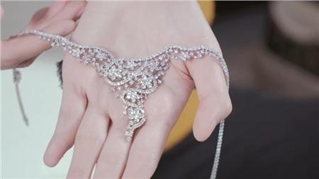 Cận cảnh chiếc vòng cổ đính 186 viên kiêm cương trị giá 800 triệu đồng của cô dâu.