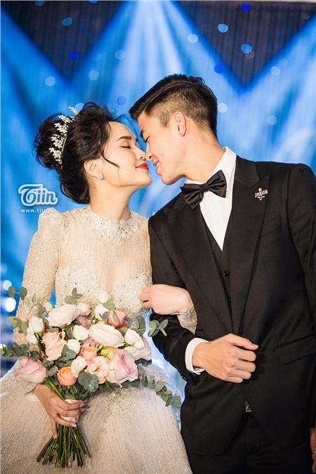 Chiếc váy còn lại được Quỳnh Anh mặc trong buổi tiệc tại nhà hàng.