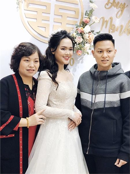 Chiếc váy cưới được may theo kiểu công chúa vô cùng tinh tế, vừa nhẹ nhàng vừa sang trọng. kết hợp cùng chiết dây chuyền đính hoàn toàn bằng kim cương trị giá 800 triệu đồng, Quỳnh Anh khiến người khác không khỏi ngước nhìn.