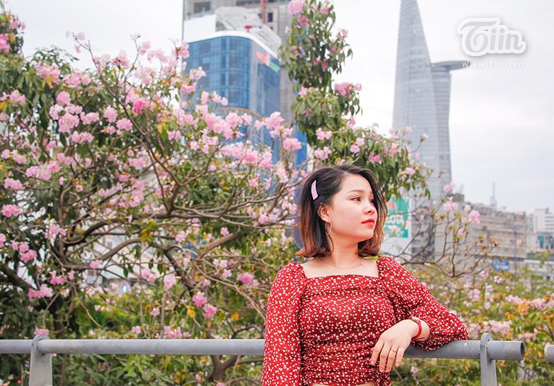 Nếu muốn chụp ảnh cùng hoa, bạn nên mặc trang phục trơn màu, có tone màu sáng để trở nên nổi bật hơn.