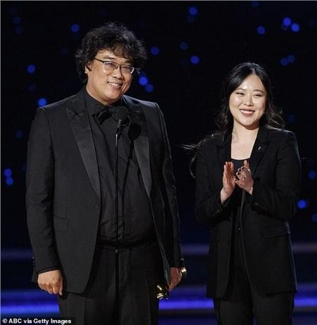 Sharon Choi và đạo diễn Bong Joon Ho tại lễ trao giải Oscar.