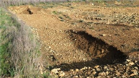Dấu vết để lại của một trong 42 ngôi mộ đã được khai quật - ảnh: SWNS