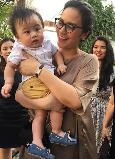 Hai bé song sinh nhà Thanh Bùi khá bỡ ngỡ khi xuất hiện ở chỗ đông người.Thanh Bùi từng tâm sự, anh chăm con và cho con bú bình rất tốt.