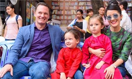 Ca sĩ Hồng Nhung kết hôn với doanh nhân Kevin người Mỹ vào năm 2010. Đến tháng 4/2012 cô hạ sinh được cặp song sinh đáng yêu ở tuổi 42.