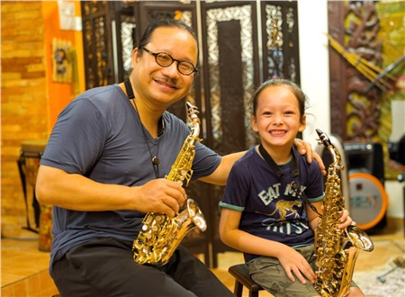 Con trai Hồng Nhungcó sở thích đặc biệt với bộ mônsaxophone và được nhạc sĩ nổi tiếng của Việt Nam- Trần Mạnh Tuấn trực tiếp chỉ dạy.