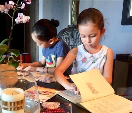 Hai bé rất thích tham gia các hoạt động gần gũi với thiên nhiên và dành nhiều thời gian sáng tạo.