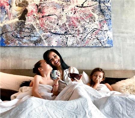 Cuộc sống của 3 mẹ con luôn tràn ngập tiếng cười dù Hồng Nhung một mình phải lo toan mọi thứ từ sự nghiệp đến con cái.