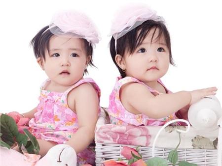 Hai con gái của ca sĩ được đặt tên thân mật là Thỏ và Mèo. Duyên Anh Idol không tiết lộ danh tính của bố hai con gái.