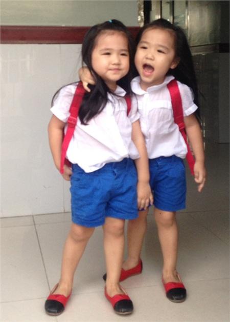 Hai bé luôn được mẹ cho ăn mặc giống hệt nhau nên người ngoài khó phân biệt được đâu là chị, đâu là em.