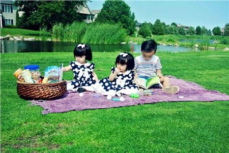 Hai chị em được nhiều người nhận xét là giống nhau như hai giọt nước khi thường xuyên ăn mặc tương tự nhau. Cả hai đều rất xinh xắn, điệu đà.