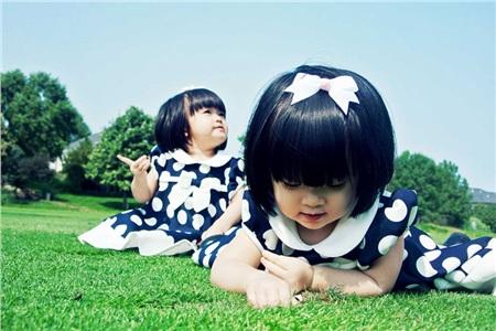 Hai bé năm nay gần bốn tuổi và được mẹ chăm chút vẻ ngoài thời trang mỗi khi xuất hiện. Vì bố mẹ đều thích biển nên đã đặt tên hai con gái làHạ Mây và Hải Cát.