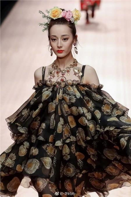 Khi các nữ thần Hoa ngữ đi catwalk: Triệu Lệ Dĩnh - Địch Lệ Nhiệt Ba bị chế giễu như 'xách giỏ đi chợ' 5