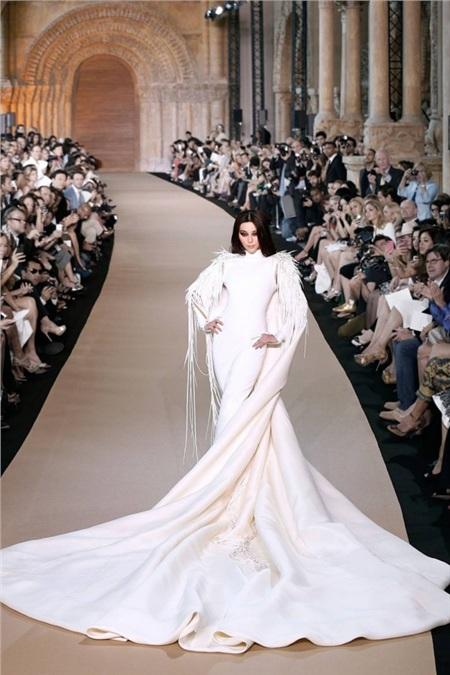 Dù vậy, Phạm Băng Băng vẫn bị chê hơi mập so với độ ôm sát của thiết kế váy.