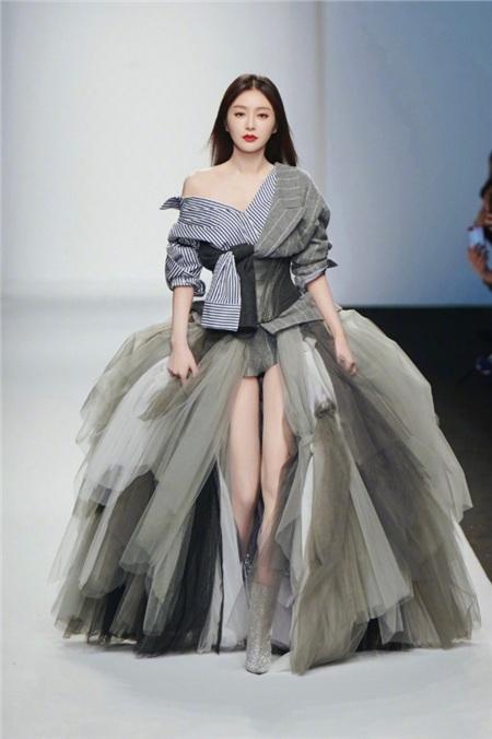 Khi các nữ thần Hoa ngữ đi catwalk: Triệu Lệ Dĩnh - Địch Lệ Nhiệt Ba bị chế giễu như 'xách giỏ đi chợ' 2